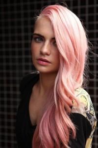 różowy blond, długie włosy