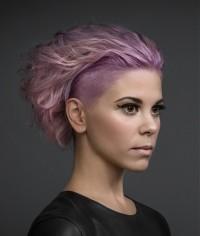 różowe włosy, wygolony bok
