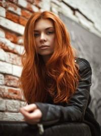 puszyste długie rude włosy