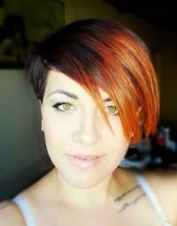 rude włosy zielone oczy