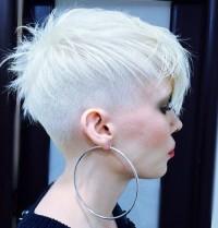 platynowy blond, wygolone boki