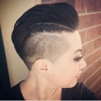 włosy zaczesane do tyły wygolony bok