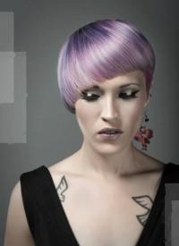 asymetryczna półokrągłą grzywka, fioletowe włosy