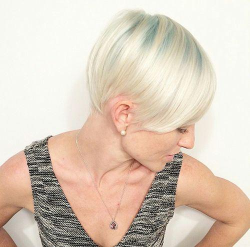 blond z delikatnymi niebieskimi pasemkami