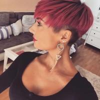 krótkie czerwone włosy, wygolone boki