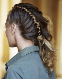 długie włosy z warkoczem, fryzura na studniówkę
