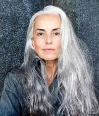 ładne siwe długie włosy