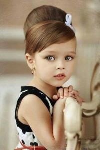 elegancka fryzura dla małej dziewczynki