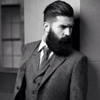 modny chłopak z brodą