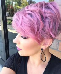 różowe włosy