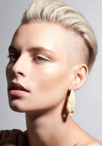 krótkie blond włosy zaczesane do tyłu