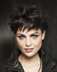 modne krótkie czarne włosy