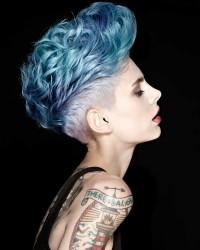 krótkie niebieskie włosy, damski irokez