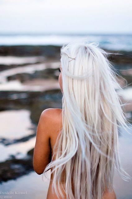 długie włosy o kolorze platynowy blond