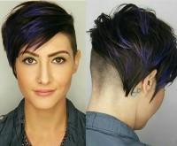 krótkie włosy z kolorowymi pasemkami