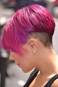 wygolony tył, różowe włosy